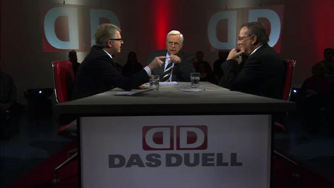 Heiner Bremer im Gespräch mit dem FDP-Politiker Schäffler (l.) und Finanzexperte Hickel (r.).
