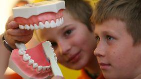 n-tv Ratgeber: Zähne putzen - elektrisch oder mit der Hand?