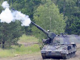 Bundeswehr-Manöver mit Panzerhaubitze 2000.