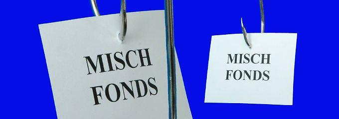 Meist fahren Anleger mit einer günstigen ETF-Mischung besser als mit Mischfonds.