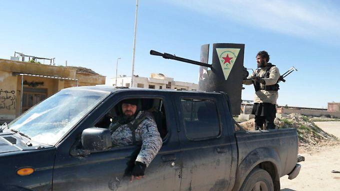 IS-Kämpfer zeigen sich in einem von der kurdischen YPG erbeuteten Fahrzeug. Das Foto postete eine Gruppe des IS im Internet.