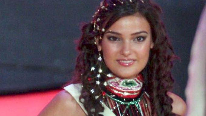 Die damalige Miss Türkei (re.) und ihre spanische Kollegin bei der Miss World Gala 2006 in Warschau. Jetzt steht die 26-Jährige wegen eines Instagram-Posts vor Gericht.