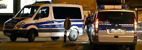 Polizeifahrzeuge schirmen das Islamische Kulturzentrum ab, in dem die Durchsuchung stattfand.