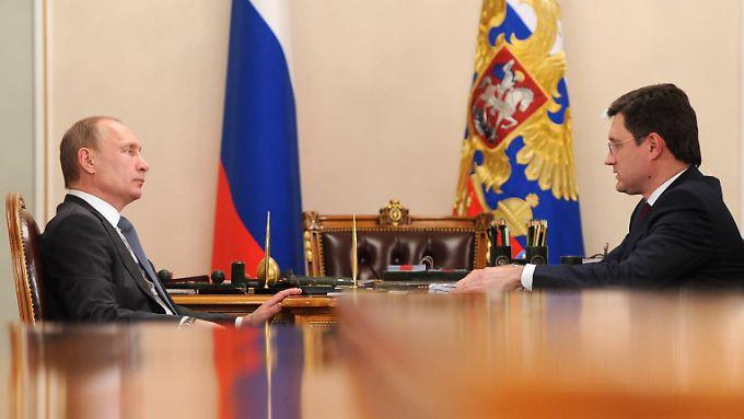 Präsident Wladimir Putin (l) und sein Energieminister Alexander Novak: Der Etat klemmt.