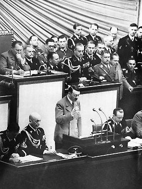 """1. September 1939: 1. September 1939: Hitler verkündet dem Reichstag, dass """"zurückgeschossen"""" werde."""