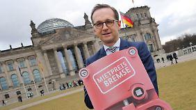 Im verganenen Jahr posierte Minister Heiko Maas mit diesem Schild vorm Reichstagsgebäude. Doch das Gesetz funktioniert laut einer neuen Studie nicht so recht.