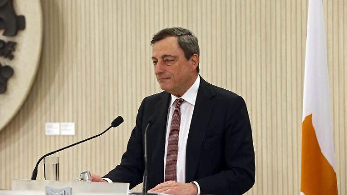 Mario Draghi verkündet im krisengeschüttelten Zypern des Start des EZB-Programms.