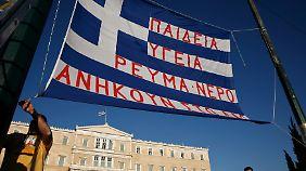 Protest gegen die Privatisierung von DEI vor dem griechischen Parlament.