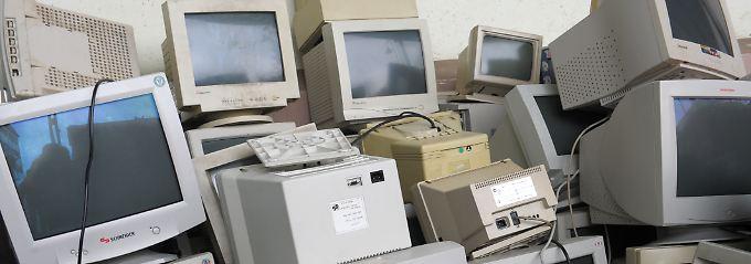 Die haben alle einmal sehr viel Geld gekostet: Computermonitore in einem zertifizierten Entsorgungsbetrieb für Elektroschrott (Archivbild).