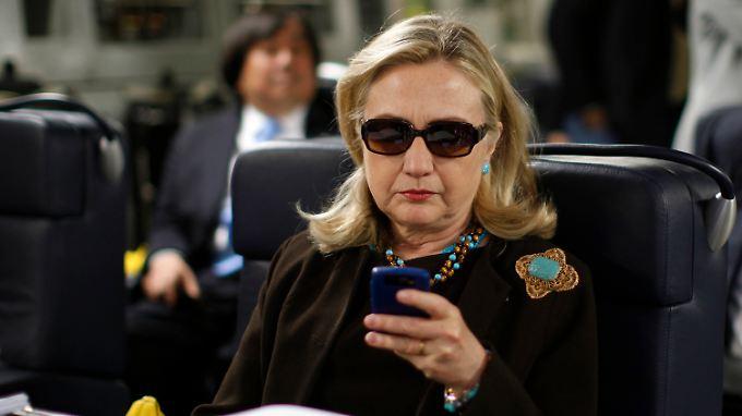 Clinton besteht darauf, ihren privaten Server aus Bequemlichkeit genutzt zu haben, und nicht etwa um unliebsame Vorgänge zu vertuschen.