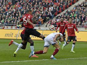 Mt dem Kopf im Parterre: Marcelos Fuß trifft Lewandowski.