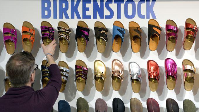 Für den Markenhersteller Birkenstock ist der stationäre Handel wichtiger als der Online-Verkauf.