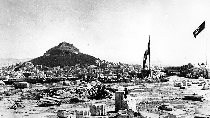 1941: Die Hakenkreuzfahne (rechts) weht neben der griechischen Flagge über der Akropolis.