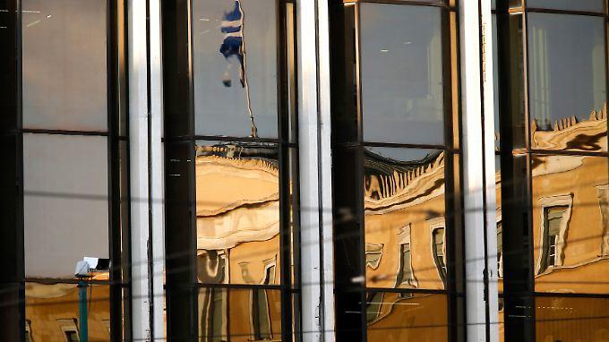 Das griechische Parlament spiegelt sich in Glasscheiben.