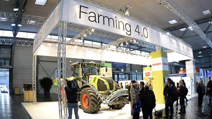Auch die Feldarbeit wird digital: Ein vernetzter Traktor am Stand von Claas zieht bei der CeBIT-Highlight-Tour die Aufmerksamkeit der Presse auf sich.