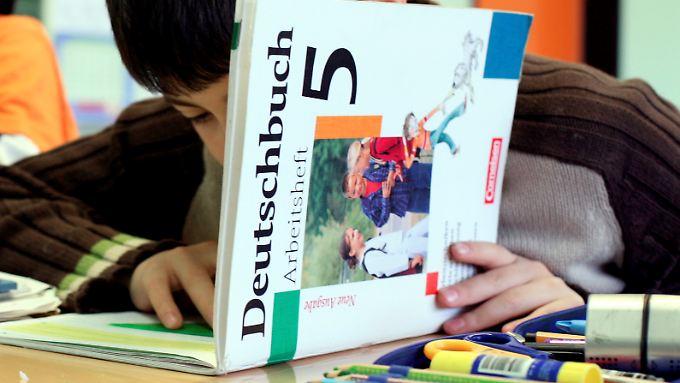 Das Thema Migration wird in Schulbüchern zu negativ dargestellt. Zu diesem Ergebnis kommt eine aktuelle Studie.