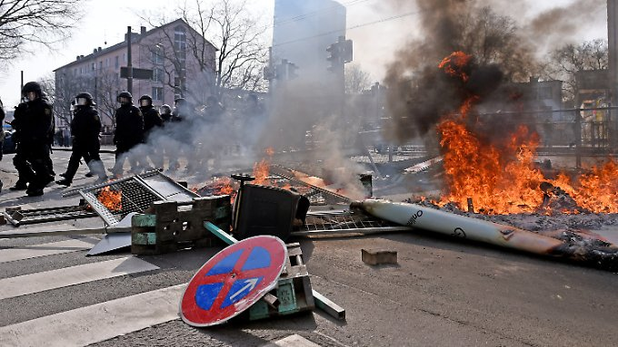 Straßenschlachten zur Einweihung: Vor der EZB-Zentrale brennen Polizeiautos