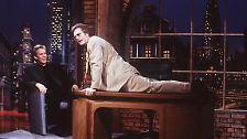 """1995 wechselt er zu Sat.1 und moderiert mit beißend-zynischem Humor die erste und wohl einzige erfolgreiche Late-Night-Talk-Sendung im deutschen Fernsehen. """"Dirty Harry"""" ist über Jahre gefürchtetstes Ekelpaket mit wenig Berührungsängsten und Liebling des Feuilletons zugleich."""