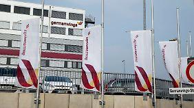 Fahnen auf Halbmast vor der Germanwings-Zentrale in Köln