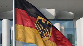 Flaggen auf halbmast vor dem Kanzleramt in Berlin.