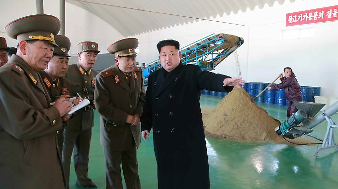 Diktator Kim Jong Un, mit Gefolge