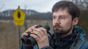 Umweltplaner Frank Philipp beobachtet Nandus seit 2008 im Auftrag des Schweriner Umweltministeriums.