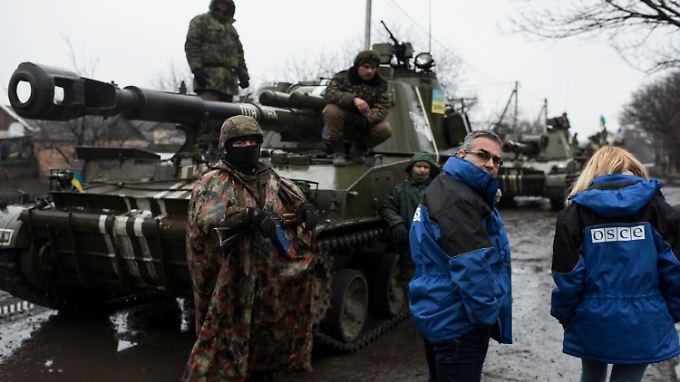 Beobachter der OSZE Anfang März bei der Kontrolle von Waffen der ukrainischen Armee
