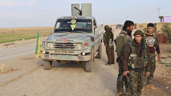 Im Irak und Syrien kämpfen PKK-Mitglieder gemeinsam mit den Peschmerga-Einheiten gegen die Terrorgruppe IS. In Deutschland bleibt die Partei jedoch verboten.