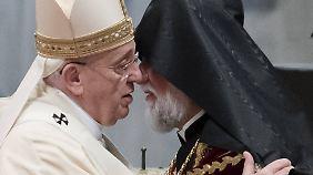 Papst Franziskus umarmt den armenisch-katholischen Patriarchen Nerses Bedros XIX. Tarmuni.