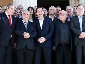Einnahmen aus der Zukunft, um teure Wahlversprechen zu bezahlen? Griechenlands Premier Alexis Tsipras (M.), hier bei der Vorstellung seiner Links-Rechts-Regierung Ende Januar in Athen.