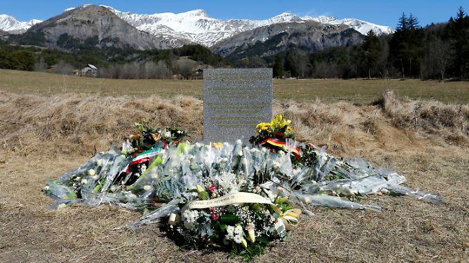 Nahe der Absturzstelle im französischen Le Vernet steht ein Gedenkstein für die Opfer.