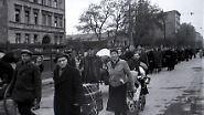 Auf dem Weg in die Heimat zogen die Displaced Persons quer durch Europa. Viele von ihnen sollten ihre Familien nie wieder sehen: 20 Millionen Menschen hatte der Krieg zu Halb- oder Vollwaisen gemacht. (Displaced Persons nach der Befreiung, Berlin, Mai 1945)
