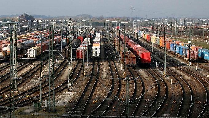 Viele Güterzüge der Deutschen Bahn stehen bereits still. Ab Mittwoch trifft der Streik auch die Fahrgäste.