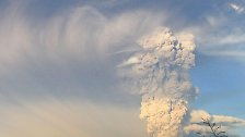 Mehrere Explosionen erschüttern ihn, dann steigt über ihm eine 15 Kilometer hohe Rauch- und Aschewolke auf.