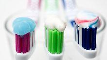 Welche Zahnpasta wirkt? Wichtig ist in jedem Fall, dass sie Fluorid enthält.