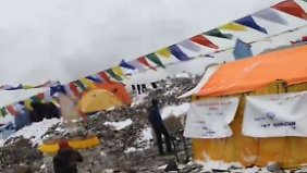 Dramatische Lage nach Erdbeben: Bergsteiger filmt Lawine am Mount Everest