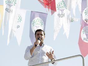 Der prominenteste HDP-Politiker, Selahattin Demirtaş, gibt sich optimistisch. Als Ziel hat er seiner Partei 100 Sitze und 15 Prozent der Stimmen gesteckt.