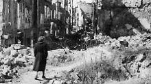 Eine Frau 1945 im zerstörten Dresden.