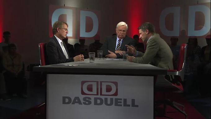 """Heiner Bremer diskutierte mit Stephan-Andreas Casdorff, Chefredakteur des """"Tagesspiegel"""", (l) und Nikolaus Blome, dem Co-Chef des """"Spiegel""""."""