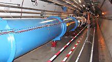 Der LHC-Beschleunigerring befindet sich in einem 27 Kilometer langen Tunnel, 50 bis 175 Meter unter der Erde. Mit Tunnelbränden müssen sich die Feuerwehrleute am CERN folglich auskennen.