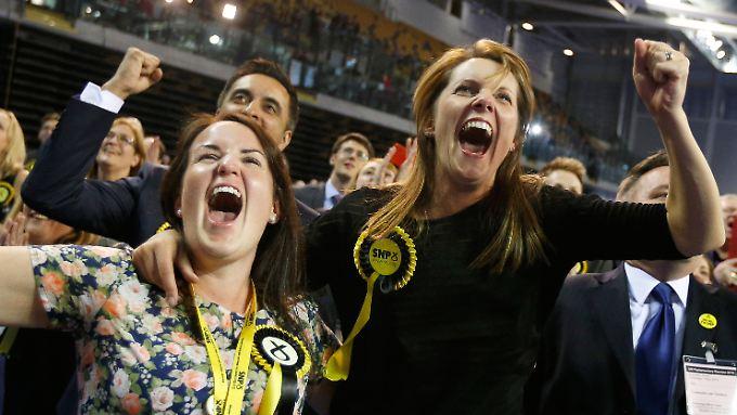 So sehen Sieger aus: In einem Wahllokal in Glasgow feiern SNP-Mitglieder die vorläufigen Auszählungsergebnisse.