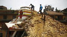 Menschen rennen in Panik ins Freie: Neues Erdbeben erschüttert Nepal