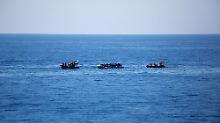 """Ein Speedboat und ein Fast Rescue Boat der Fregatte """"Hessen"""" nähern sich einem Schlauchboot mit in Seenot geratenen Flüchtlingen im Mittelmeer."""