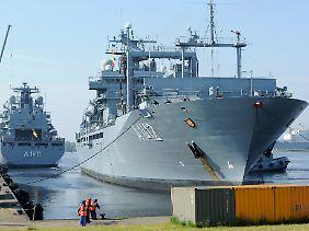 """Der größte Schiffstyp der Bundeswehr: Hier die """"Frankfurt am Main"""" (rechts) neben dem nahezu baugleichen Schwesterschiff """"Berlin"""" (links) im Marinestützpunkt Wilhelmshaven (Archivbild)."""