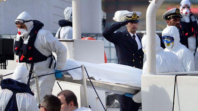 Nur 24 der vermuteten 800 Leichen wurden von der italienischen Küstenwache an Land gebracht.