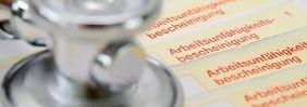 Auch wenn Arbeitgeber den Verdacht haben, ein Mitarbeiter möchte sich mit einer Krankschreibung zusätzliche Urlaubstage verschaffen, können sie das Attest nur schwer anfechten. Foto:Franziska Gabbert