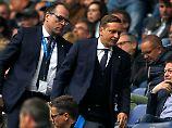 """""""Wenn das einen nicht belasten würde, dann wäre ich fehl am Platz"""": Horst Heldt, rechts, hier mit Klubchef Clemens Tönnies."""