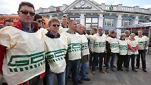 Streikende GDL-Mitglieder vor dem Rostocker Hauptbahnhof.