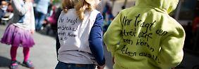 """""""Ihr tragt den Streik auf unseren kleinen Rücken aus"""", steht auf der Kleidung dieser Kinder in Mainz."""