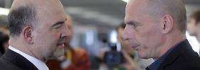 Griechenlands Finanzminister Yanis Varoufakis (r) im Gespräch mit seinem spanischen Luis de Guindas Jurado.